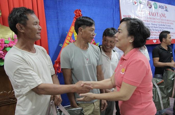 Phu nhân nguyên Chủ tịch nước Trương Tấn Sang tặng 500 áo phao cứu sinh cho ngư dân Quảng Bình - Ảnh 3.