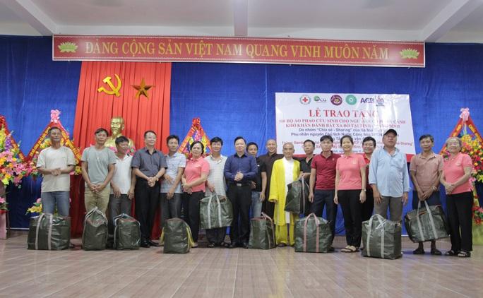 Phu nhân nguyên Chủ tịch nước Trương Tấn Sang tặng 500 áo phao cứu sinh cho ngư dân Quảng Bình - Ảnh 2.