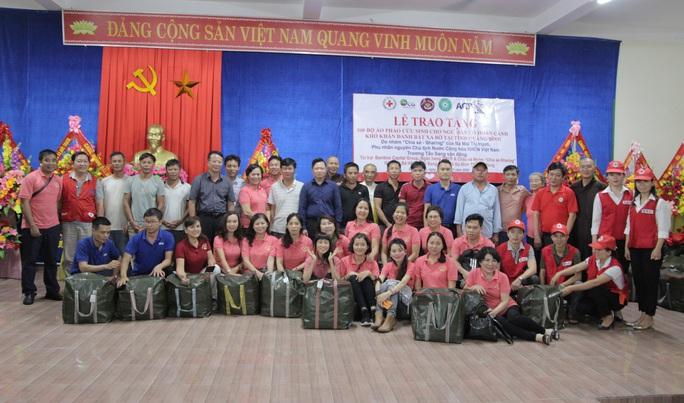 Phu nhân nguyên Chủ tịch nước Trương Tấn Sang tặng 500 áo phao cứu sinh cho ngư dân Quảng Bình - Ảnh 4.