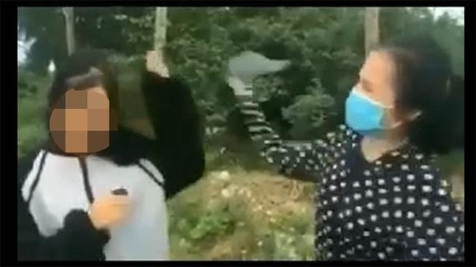 Nữ sinh lớp 12 bị bạn cầm mũ bảo hiểm đánh liên tiếp vào đầu, bắt quỳ gối xin lỗi - Ảnh 1.