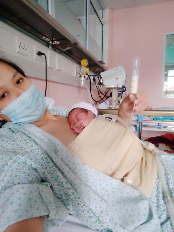 Hành trình kỳ diệu nuôi sống bé sinh non nhẹ cân nhất Việt Nam từ 480 g lên 2,1 kg - Ảnh 2.