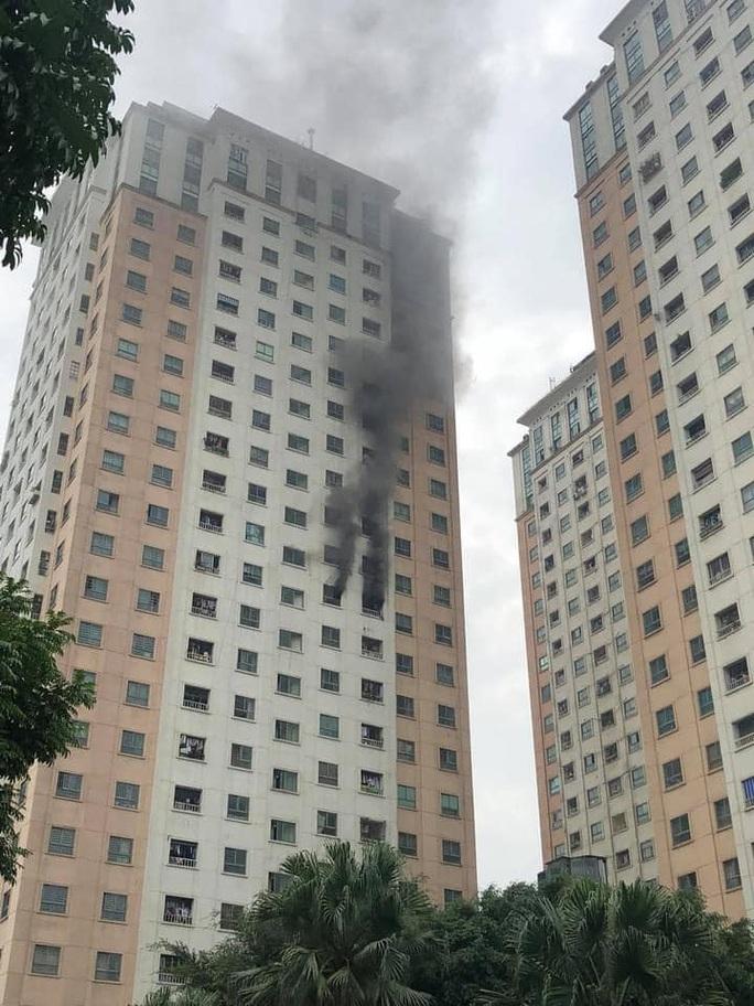 Cháy, khói đen kịt bốc ra từ căn hộ trên tầng 13 tòa chung cư - Ảnh 1.