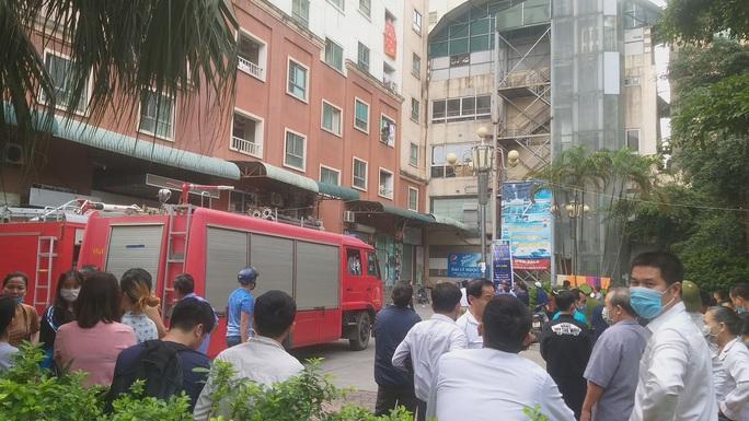 Cháy, khói đen kịt bốc ra từ căn hộ trên tầng 13 tòa chung cư - Ảnh 2.