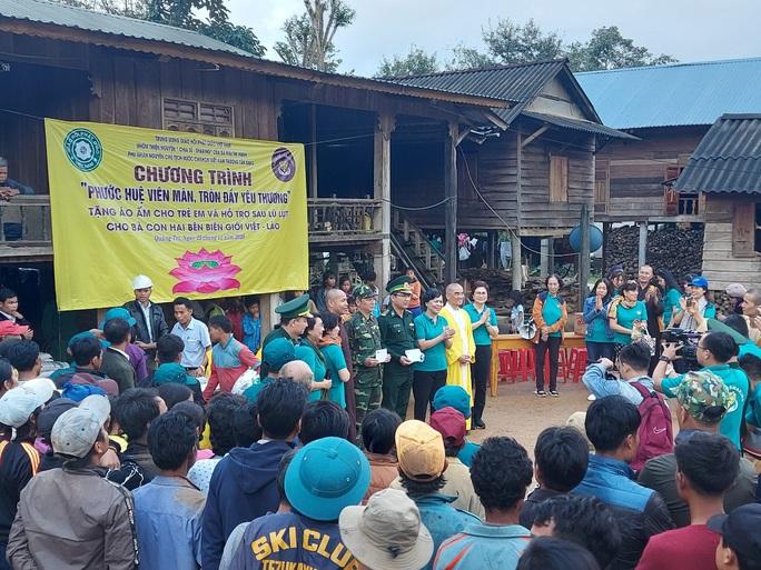 Phu nhân nguyên Chủ tịch nước Trương Tấn Sang tặng quà cho người dân biên giới Việt - Lào - Ảnh 4.