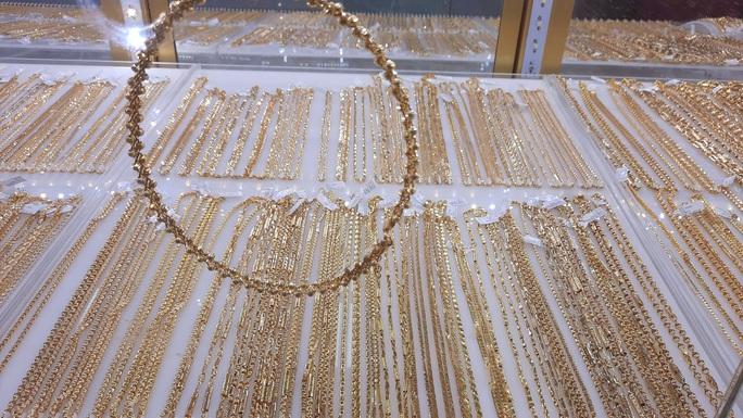 Giá vàng hôm nay 25-11: Lại giảm sốc, giới đầu tư bán hơn 17 tấn vàng - Ảnh 1.