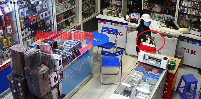CLIP: Cô gái nhanh tay cuỗm đồng hồ thông minh của chủ cửa hàng - Ảnh 2.