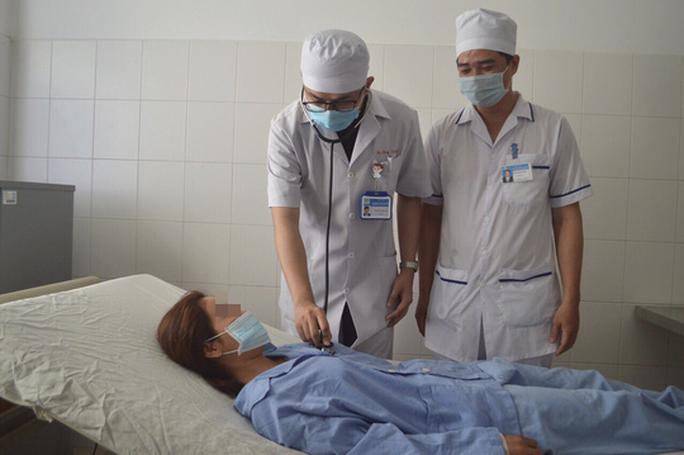 Căng thẳng lấy hạt hồng xiêm nằm 27 năm trong phế quản của người phụ nữ - Ảnh 3.