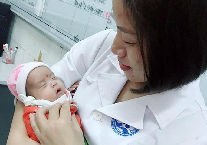 Hành trình kỳ diệu nuôi sống bé sinh non nhẹ cân nhất Việt Nam từ 480 g lên 2,1 kg - Ảnh 3.