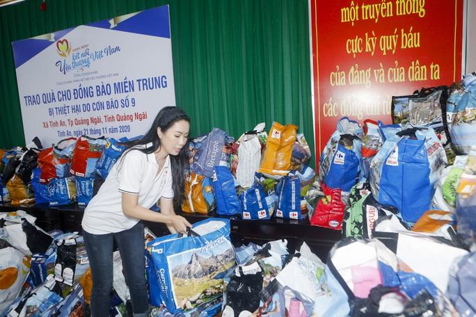 Thực hiện lời hứa, Trịnh Kim Chi mang 2,36 tỉ đồng đến  bà con vùng lũ  - Ảnh 6.
