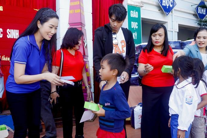 Thực hiện lời hứa, Trịnh Kim Chi mang 2,36 tỉ đồng đến  bà con vùng lũ  - Ảnh 4.