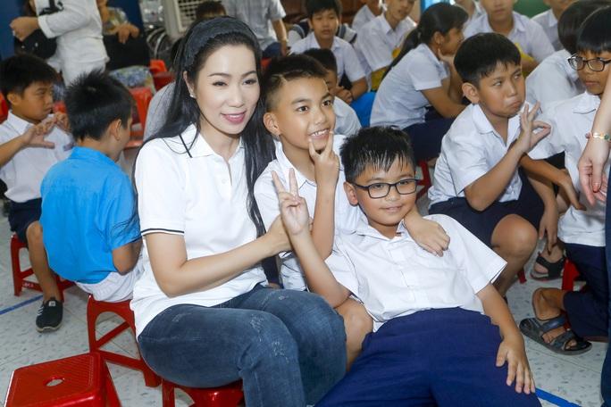 Thực hiện lời hứa, Trịnh Kim Chi mang 2,36 tỉ đồng đến  bà con vùng lũ  - Ảnh 1.
