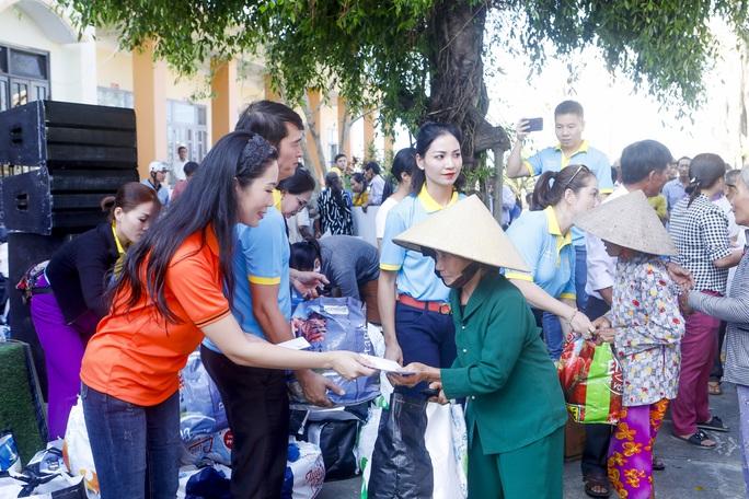 Thực hiện lời hứa, Trịnh Kim Chi mang 2,36 tỉ đồng đến  bà con vùng lũ  - Ảnh 3.