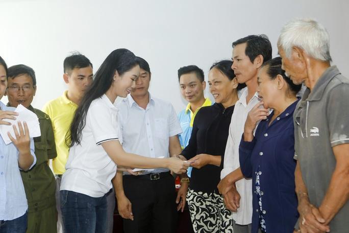 Thực hiện lời hứa, Trịnh Kim Chi mang 2,36 tỉ đồng đến  bà con vùng lũ  - Ảnh 2.
