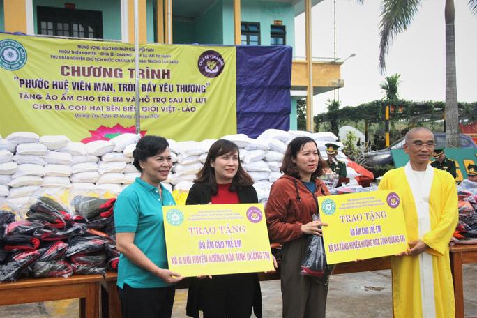 Phu nhân nguyên Chủ tịch nước Trương Tấn Sang tặng quà cho người dân biên giới Việt - Lào - Ảnh 1.