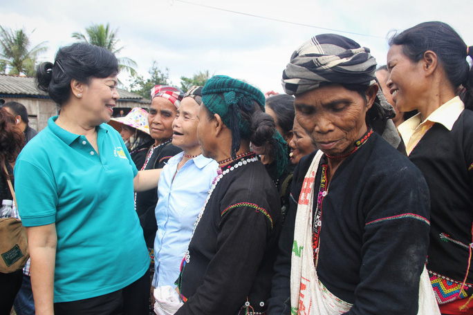Phu nhân nguyên Chủ tịch nước Trương Tấn Sang tặng quà cho người dân biên giới Việt - Lào - Ảnh 3.