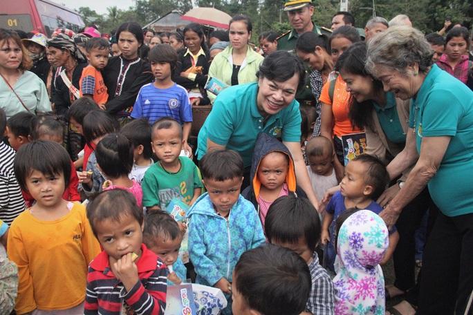Phu nhân nguyên Chủ tịch nước Trương Tấn Sang tặng quà cho người dân biên giới Việt - Lào - Ảnh 2.