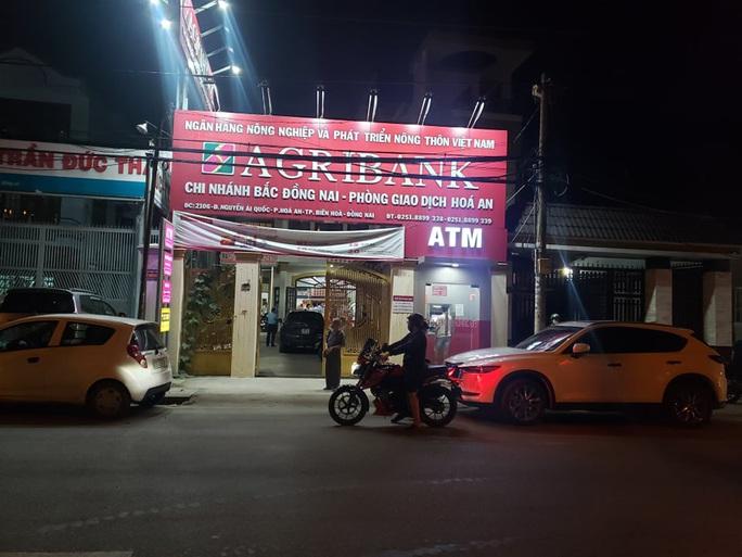 Truy bắt kẻ bịt mặt, cầm hung khí xông vào ngân hàng ở Đồng Nai hô to lựu đạn đây - Ảnh 8.