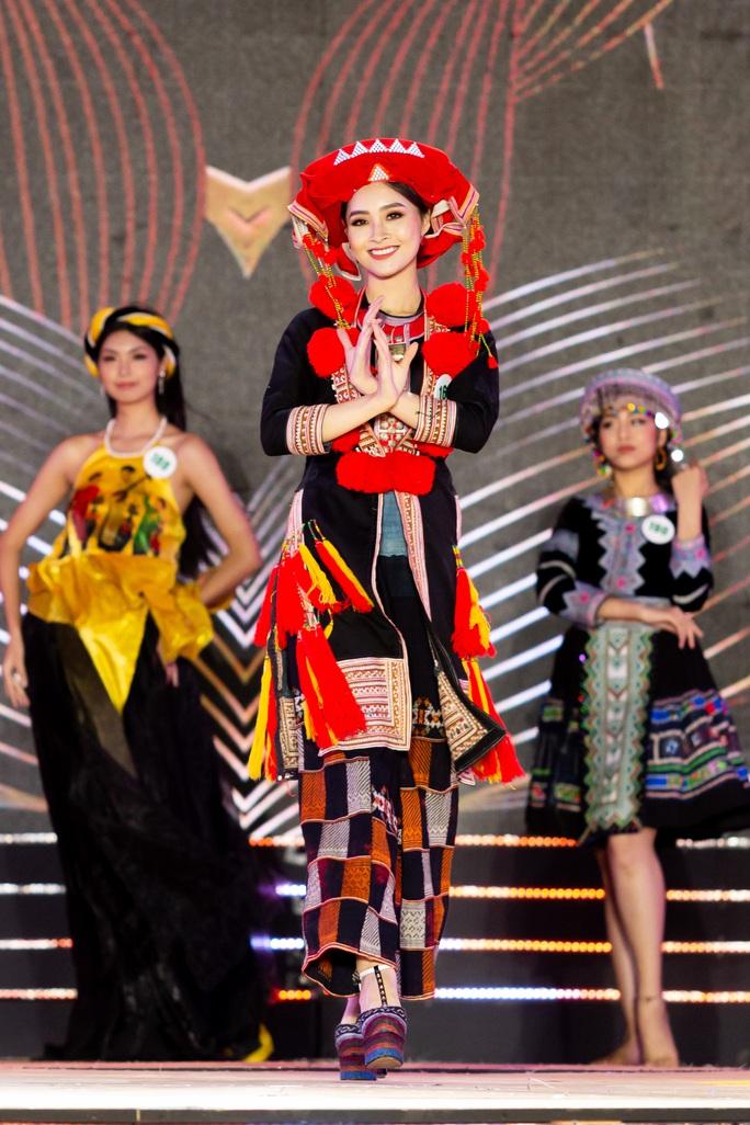 Lạ mắt với trang phục dân tộc của thí sinh Hoa khôi du lịch Việt Nam 2020 - Ảnh 1.