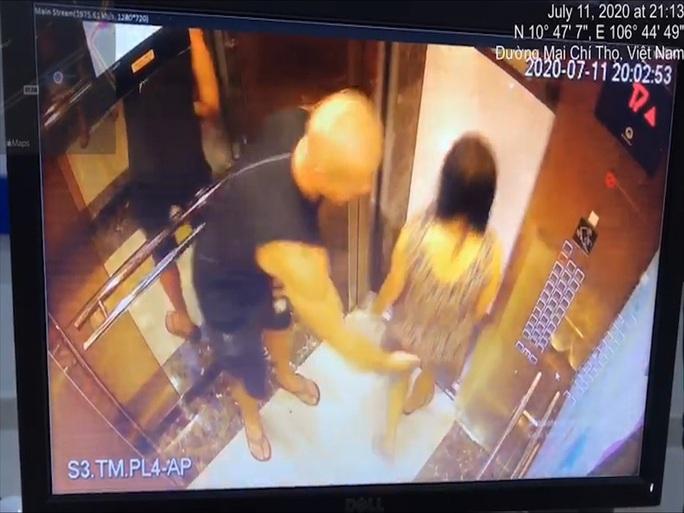 Lãnh sự Estonia lên tiếng về người đàn ông vỗ mông phụ nữ Việt Nam trong thang máy - Ảnh 1.