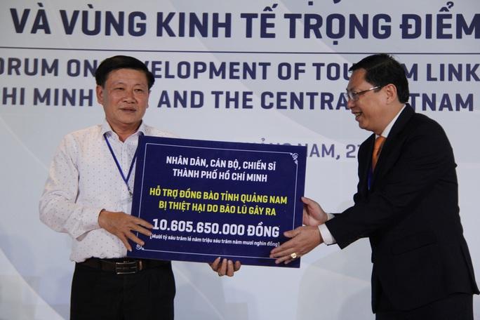 Báo Người Lao Động trao 50.000 lá cờ Tổ quốc và 1,7 tỉ đồng cho miền Trung - Ảnh 4.