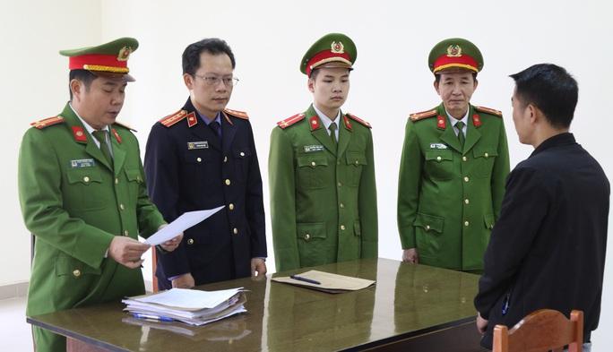 Quảng Bình: Khởi tố, bắt giam một tài xế vì chiếm đoạt 150 thùng cá hộp từ thiện lũ lụt - Ảnh 2.