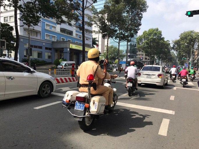 CSGT có nên lao ra đường chặn xe vi phạm?: Áp dụng nhiều biện pháp xử lý vi phạm - Ảnh 1.