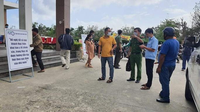 Bảo vệ bệnh viện bị đâm vì ngăn cản người đàn ông trêu ghẹo nhân viên - Ảnh 2.