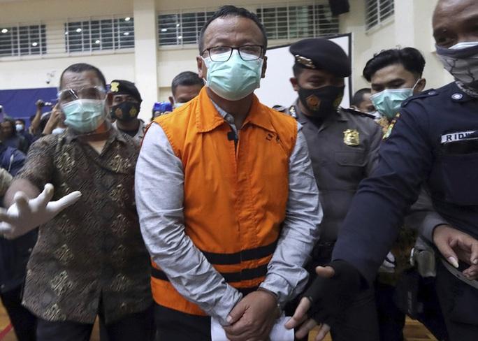 Đốt tiền hối lộ ở Mỹ, bộ trưởng Indonesia bị đón lõng ngay tại sân bay - Ảnh 1.