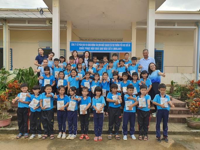 Tiếp sức học sinh miền Trung đến trường sau mưa lũ - Ảnh 1.