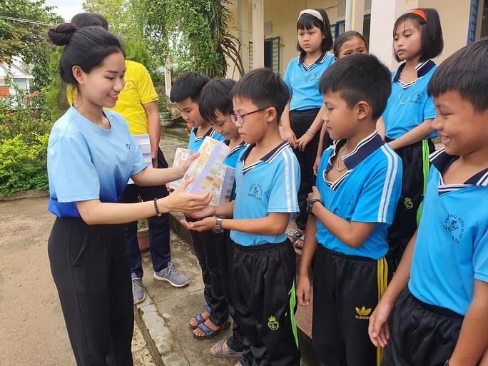 Tiếp sức học sinh miền Trung đến trường sau mưa lũ - Ảnh 5.