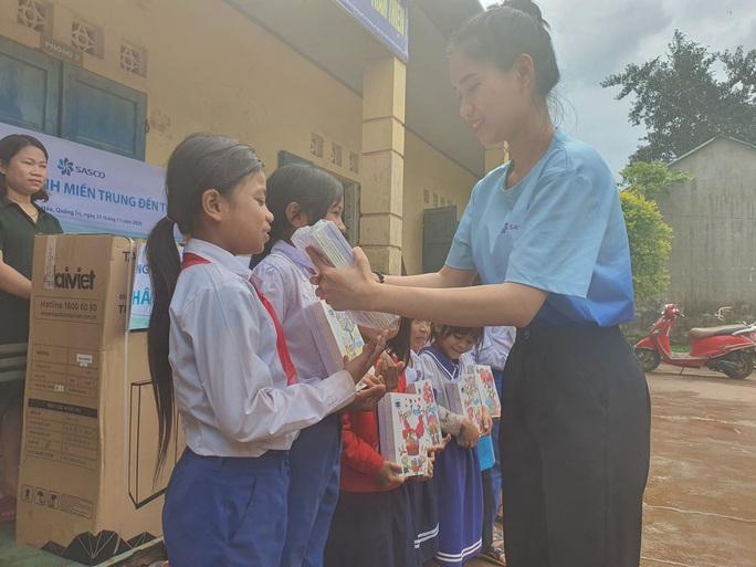 Tiếp sức học sinh miền Trung đến trường sau mưa lũ - Ảnh 10.