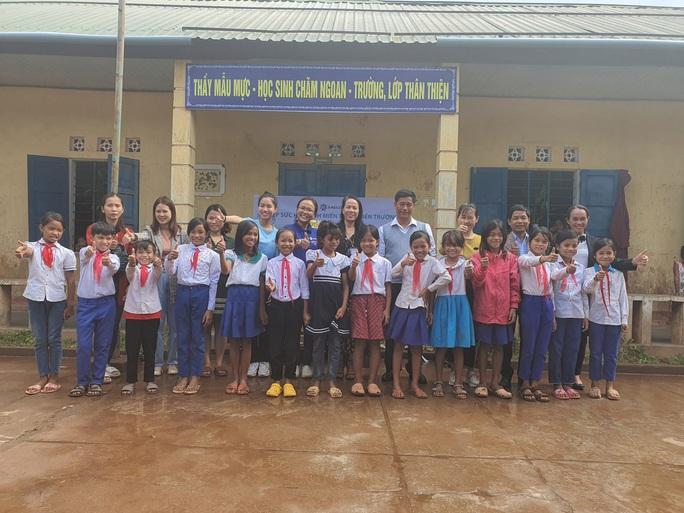 Tiếp sức học sinh miền Trung đến trường sau mưa lũ - Ảnh 2.