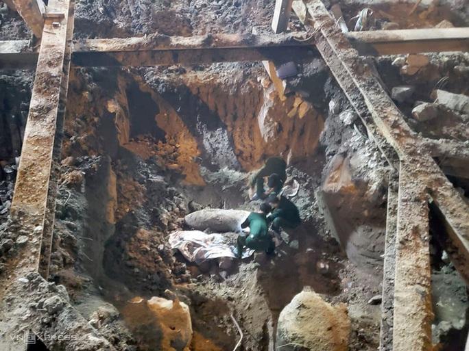 Phát hiện quả bom nặng 350 kg trên phố Cửa Bắc - Ảnh 1.