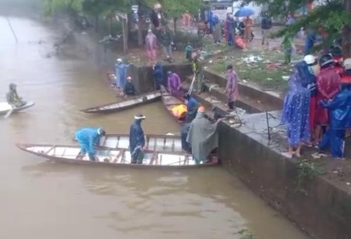 Các lực lượng tìm kiếm anh T. trên sông Đâu Giang