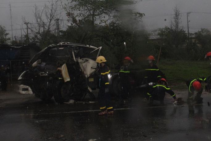 Xe đầu kéo tông xe tải dừng chờ đèn đỏ, 1 người chết - Ảnh 1.