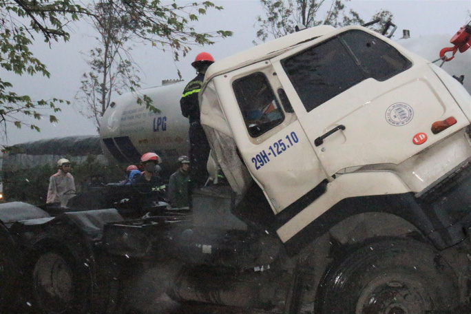 Xe đầu kéo tông xe tải dừng chờ đèn đỏ, 1 người chết - Ảnh 2.