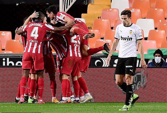 Real Madrid thua sốc sân nhà, Atletico Madrid áp sát ngôi đầu La Liga - Ảnh 5.