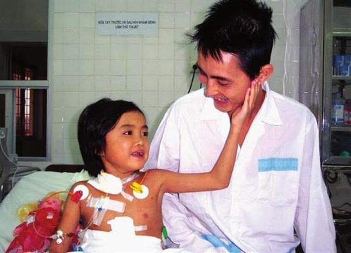 Cô gái 25 tuổi - em bé đầu tiên được ghép gan ở Việt Nam qua đời - Ảnh 1.