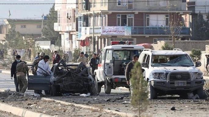 Đấu súng, đánh bom liều chết đẫm máu ở Afghanistan - Ảnh 1.