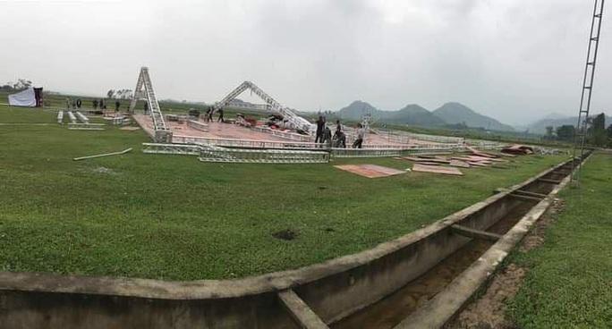 Công Phượng mượn sân bóng xóm để tổ chức đám cưới ở quê nhà Nghệ An - Ảnh 1.