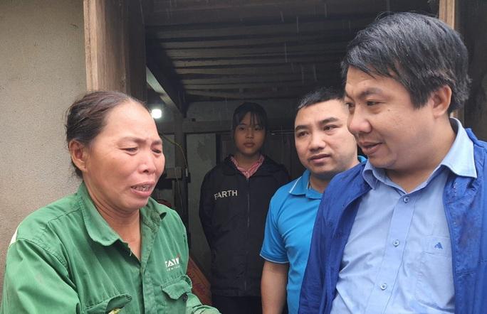 Bạn đọc Báo Người Lao Động trao 180 triệu đồng đến bà con vùng lũ Quảng Bình - Ảnh 4.