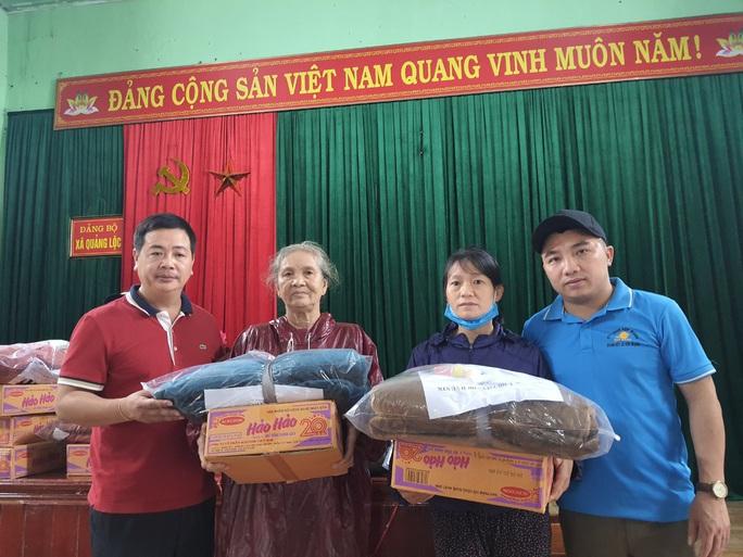 Bạn đọc Báo Người Lao Động trao 180 triệu đồng đến bà con vùng lũ Quảng Bình - Ảnh 9.