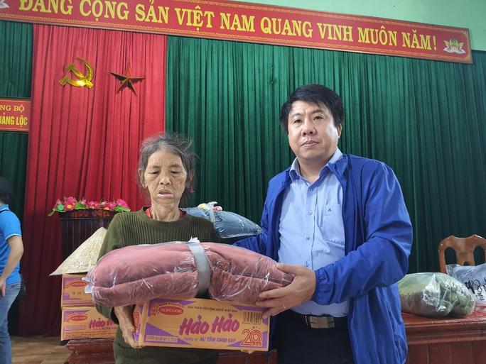 Bạn đọc Báo Người Lao Động trao 180 triệu đồng đến bà con vùng lũ Quảng Bình - Ảnh 10.