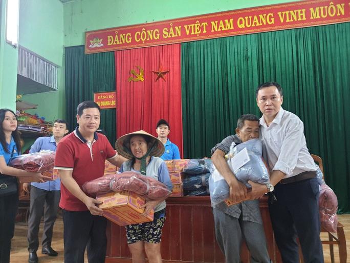 Bạn đọc Báo Người Lao Động trao 180 triệu đồng đến bà con vùng lũ Quảng Bình - Ảnh 11.
