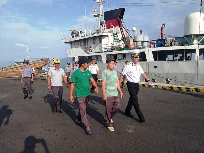 3 ngư dân Bình Định chìm tàu được cứu kể về giây phút sinh tử trên biển - Ảnh 3.