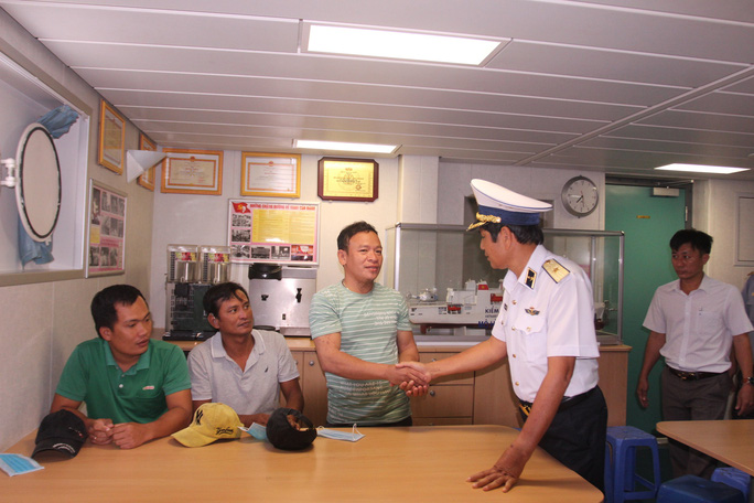 3 ngư dân Bình Định chìm tàu được cứu kể về giây phút sinh tử trên biển - Ảnh 4.
