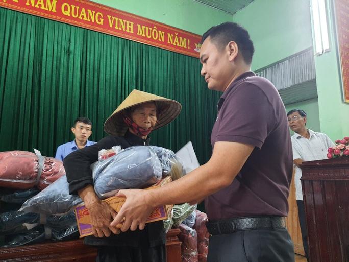 Bạn đọc Báo Người Lao Động trao 180 triệu đồng đến bà con vùng lũ Quảng Bình - Ảnh 14.