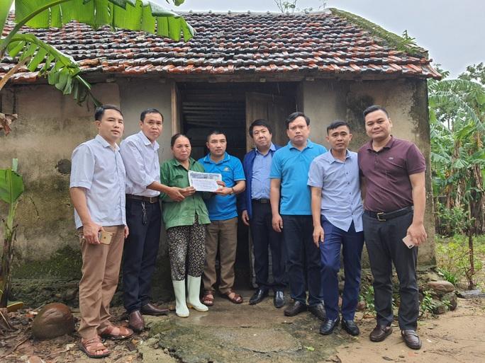 Bạn đọc Báo Người Lao Động trao 180 triệu đồng đến bà con vùng lũ Quảng Bình - Ảnh 3.