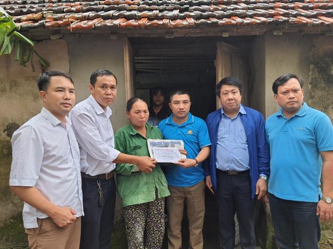 Bạn đọc Báo Người Lao Động trao 180 triệu đồng đến bà con vùng lũ Quảng Bình - Ảnh 1.
