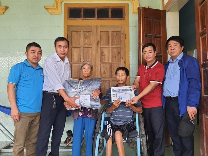 Bạn đọc Báo Người Lao Động trao 180 triệu đồng đến bà con vùng lũ Quảng Bình - Ảnh 5.